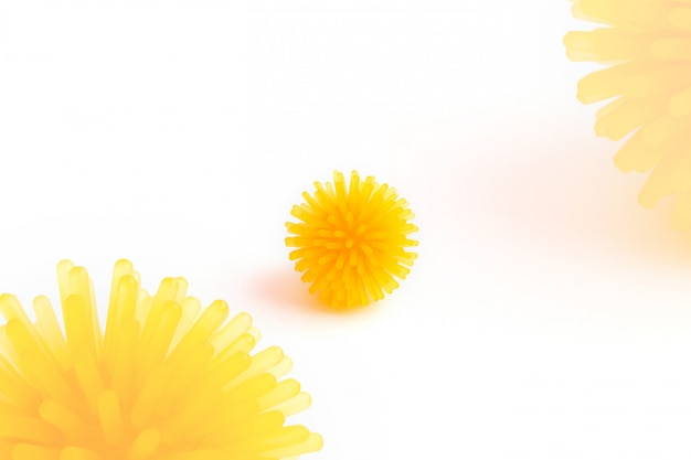 Abstraktes gelbes modell eines coronavirus-infektionsstamms.