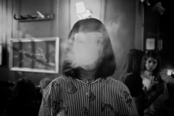 Abstraktes gesichtsloses mädchen in einem gestreiften hemd, das in schwarzweiss erschossen wird