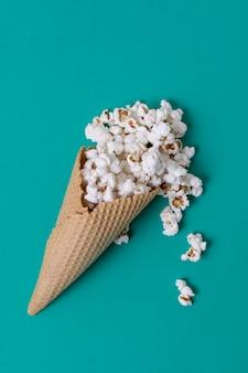Abstraktes konzept der eistüte und des gesalzenen popcorns