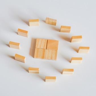 Abstraktes konzept von holzwürfeln spielzeugstapel zum turm.