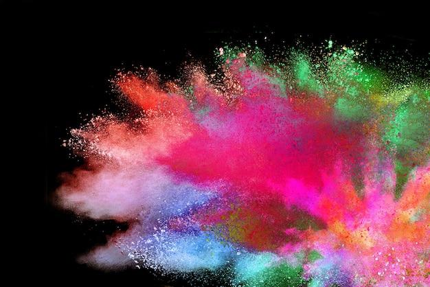 Abstraktes mehrfarbiges pulver auf schwarz. holi festival.