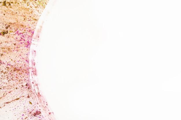 Abstraktes mehrfarbiges pulver spritzen auf weißen hintergrund