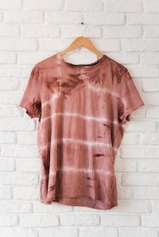 Abstraktes natürliches pigmentiertes t-shirt