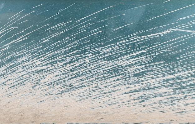 Abstraktes oberflächenmuster der nahaufnahme des getrockneten schlammes am strukturierten hintergrund des schmutzigen autos