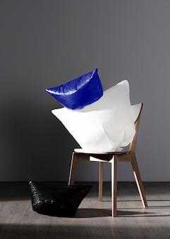 Abstraktes plastiktütenkonzept auf stuhl