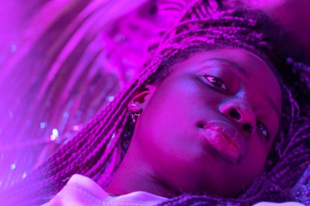 Abstraktes porträt der afroamerikanerfrau im dampfwellenstil