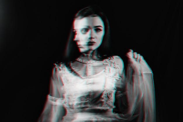 Abstraktes porträt eines mädchens mit psychischen störungen und schizophrenen krankheiten mit unschärfe.