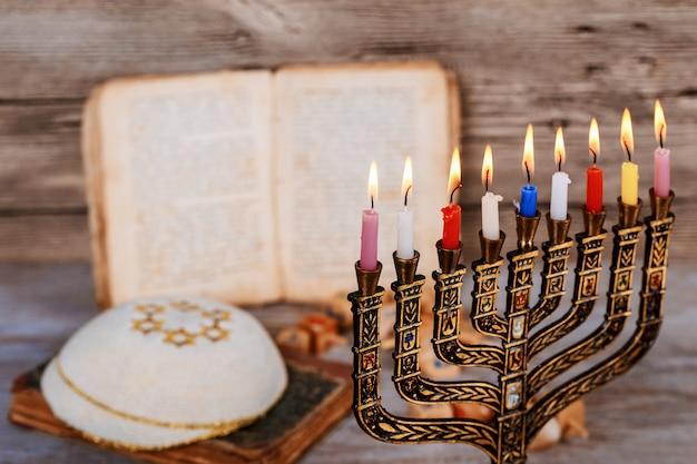 Abstraktes retro- gefiltertes zurückhaltendes bild jüdischen feiertags chanukka mit menorah traditionellen kandelabern