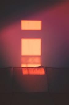 Abstraktes schattenschattenbild des fensters vom sonnenstrahl auf wand im raum.