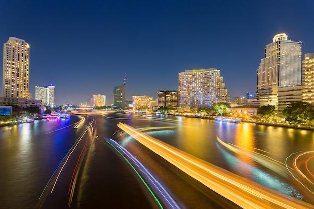 Abstraktes städtisches dämmerung bokeh und reflektieren schiffstransportlicht vom wasser im stadthintergrund