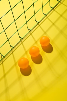 Abstraktes stillleben mit orangefarbenen kugeln und maschen