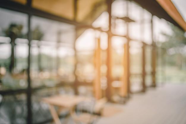 Abstraktes unschärfebild der kaffeestube und des sonnenlichtes