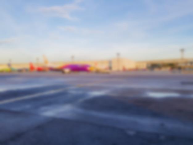 Abstraktes unschärfeflugzeug am flughafen.