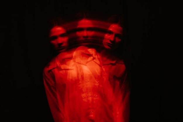 Abstraktes verschwommenes weibliches porträt eines psychotikers mit bipolaren und schizophrenen störungen