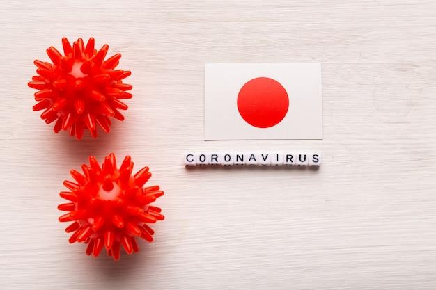 Abstraktes virusstammmodell des atmungssyndroms coronavirus 2019-ncov des nahen ostens oder des coronavirus covid-19 mit text und flagge japan auf weiß