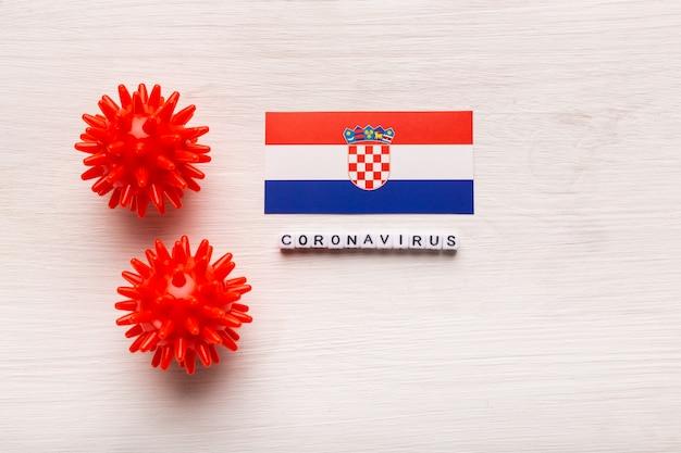 Abstraktes virusstammmodell des atmungssyndroms coronavirus 2019-ncov des nahen ostens oder des coronavirus covid-19 mit text und flagge kroatien auf weißem hintergrund.