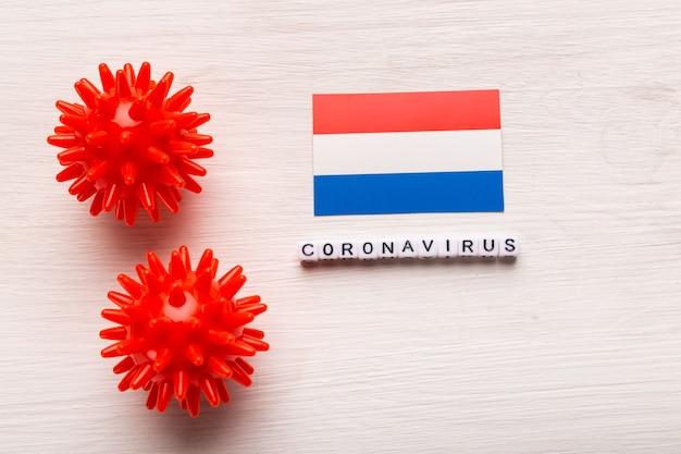 Abstraktes virusstammmodell des atmungssyndroms coronavirus 2019-ncov im nahen osten oder des coronavirus covid-19 mit text und flagge niederlande auf weiß