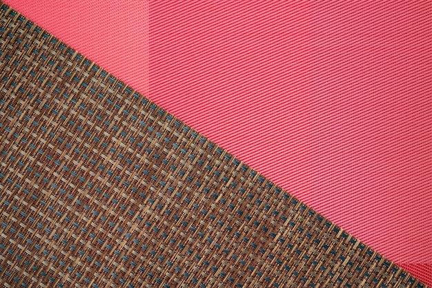 Abstraktes zweifarbiges braun mit rotem stoff und bambuslinienbeschaffenheitshintergrund