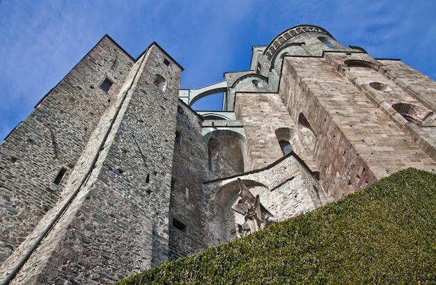 Abtei des 11. jahrhunderts, region piemont, italien. die kirche, deren bau viele jahre dauerte, zeichnet sich durch die ungewöhnliche lage und architektur aus.