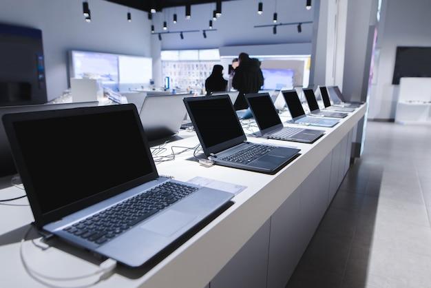 Abteilung für computer im elektronikgeschäft. einen laptop im laden auswählen