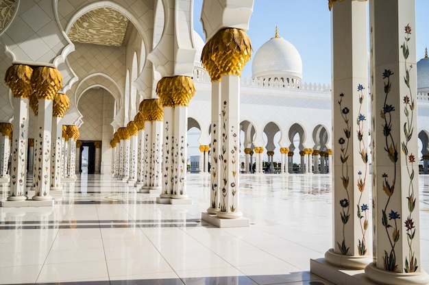 Abu dhabi. die berühmte sheikh zayed grand moschee.