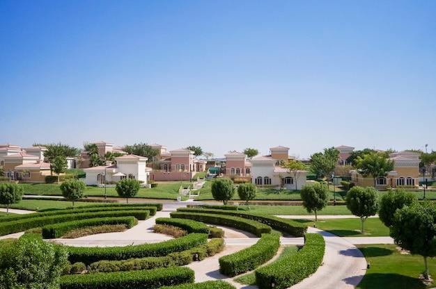 Abu dhabi. landschaftlich gestaltete oase mit authentischen häusern.