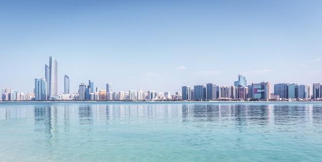 Abu dhabi skyline mit wolkenkratzern mit wasser