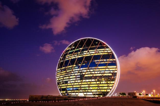 Abu dhabi, vereinigte arabische emirate - 23. oktober: das aldar-hauptquartiergebäude ist das erste kreisförmige gebäude im nahen osten am 23. oktober 2017 in abu dhabi, vereinigte arabische emirate