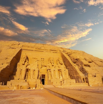 Abu simbel tempel auf dem berg in südägypten wieder aufgebaut