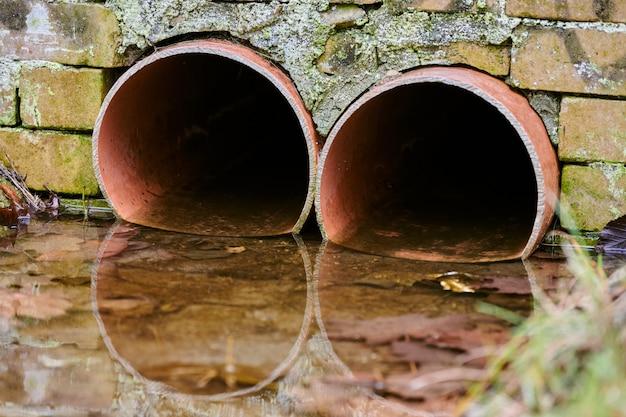 Abwasserkanäle mit giftigem schmutzwasser aus metallrohren