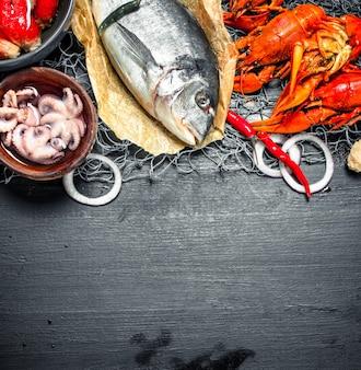 Abwechslungsreiche frische meeresfrüchte an der schwarzen tafel.