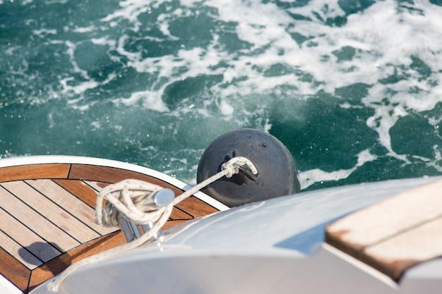 Abweichende wellen von einer sich schnell bewegenden yacht, meereswellen spritzen, yacht-track