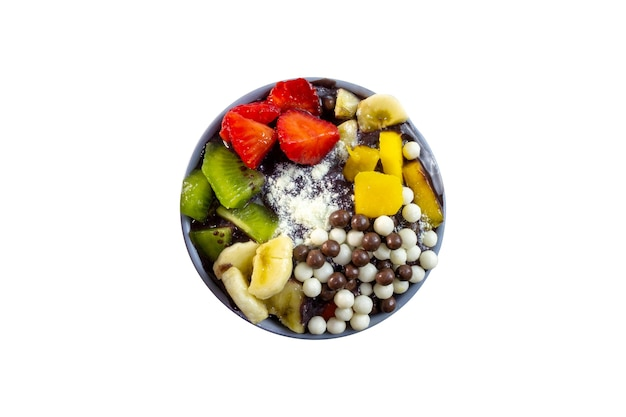 Acai bowl mit frischen früchten und schokokugel draufsicht