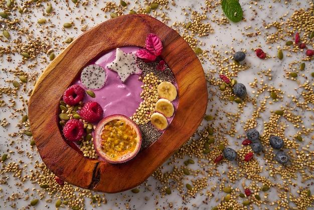 Acai bowl smoothie mit passionsfrucht und himbeeren