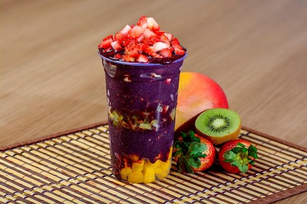 Açaí-cup mit erdbeer-topping - brasilianischer açaí-dessert
