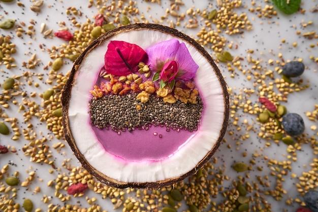 Acai-schüssel smoothie innerhalb des kokosnuss chia granola