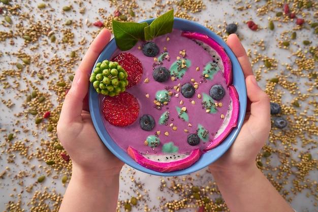 Acai-schüssel-smoothie mit chia-erdbeerblaubeere