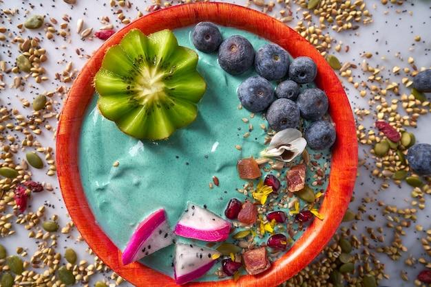 Acai-schüssel-smoothie mit kiwiblaubeersamen