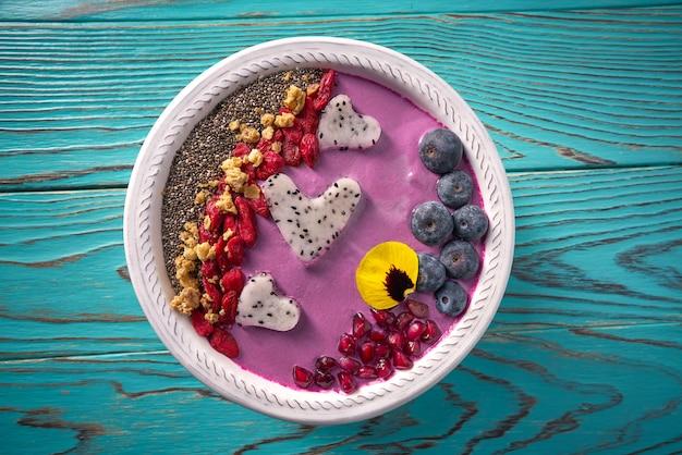 Acai-schüssel smoothie pitaya herzen heidelbeere goji
