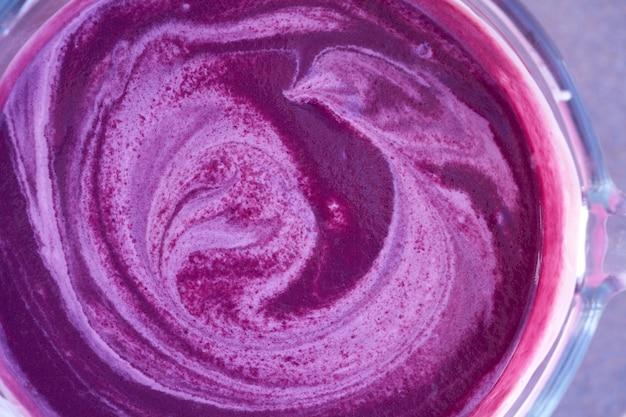 Acai-schüssel-smoothie-zubereitung mit mixer