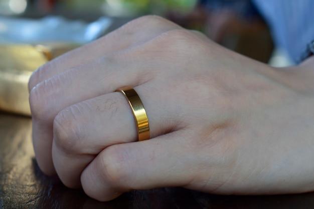 Accessoires ein schöner goldener ring im finger