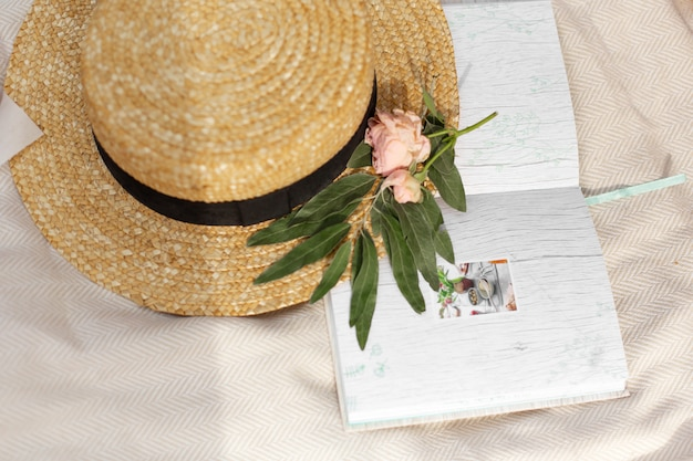 Accessoires eines romantischen mädchenreisenden. weidenhut und retro-kamera