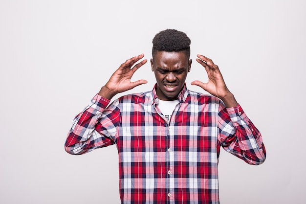 Ach nein. attraktiver unglücklicher dunkeläugiger afroamerikanischer mann, der ein weißes hemd trägt und unzufrieden aussieht und seine hände auf seinem kopf hat