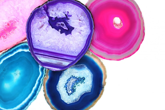 Achatsteine. satz helle rosa, türkisfarbene, blaue, purpurrote achatsteine lokalisiert auf weißem hintergrund