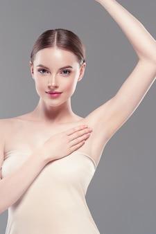 Achselhöhle frau hand deodorant pflege enthaarungskonzept. studioaufnahme.