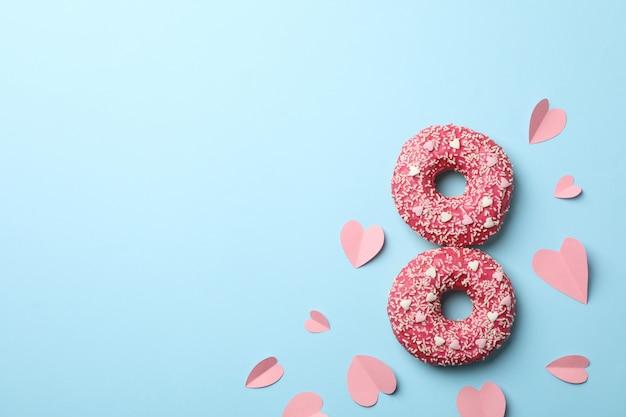 Acht aus donuts auf blauem hintergrund, draufsicht