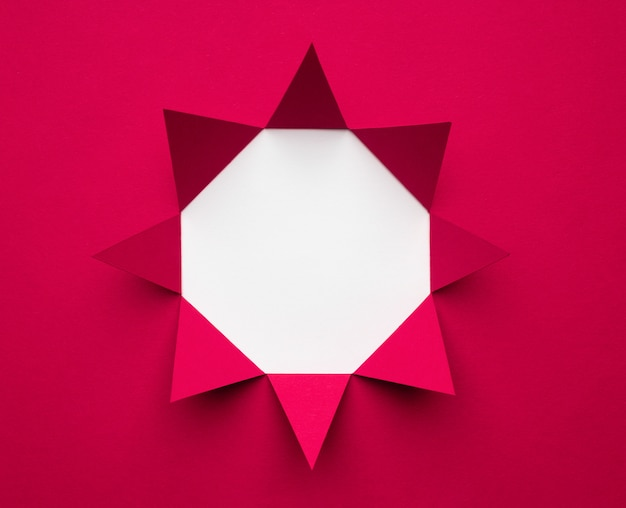 Achteckiger rahmen aus magentafarbenem papier auf weißem hintergrund. minimales geometrisches konzept. platz für text.