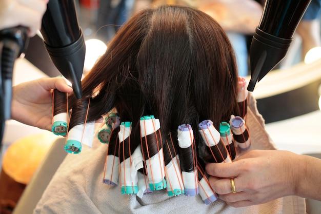 Achter schritt des rollens der haare in der dauerwelle