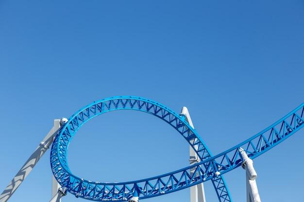 Achterbahn gegen blauen himmel