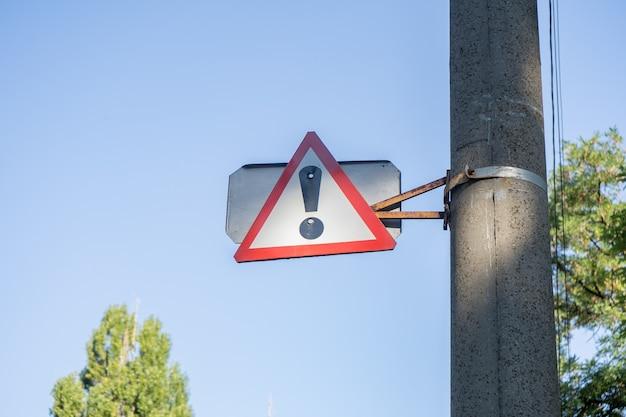 Achtung, voraus gefahr verkehrszeichen in einer stadt